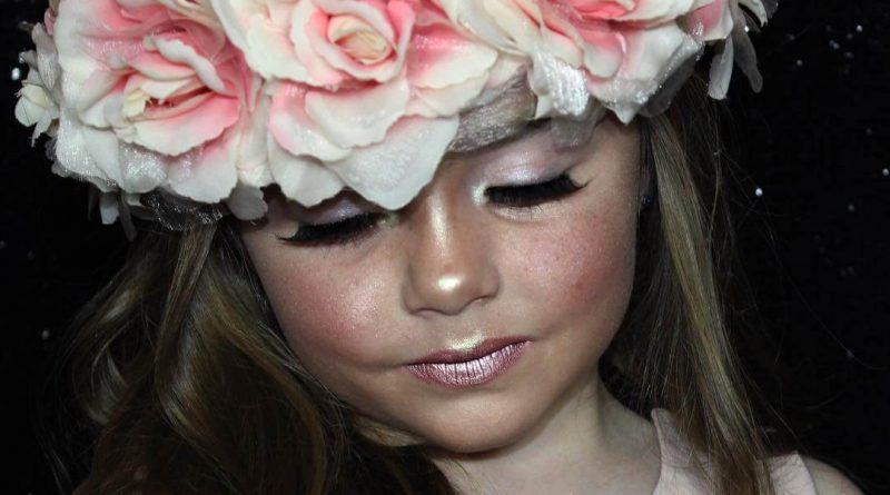 Pequeña de 6 años maquillada