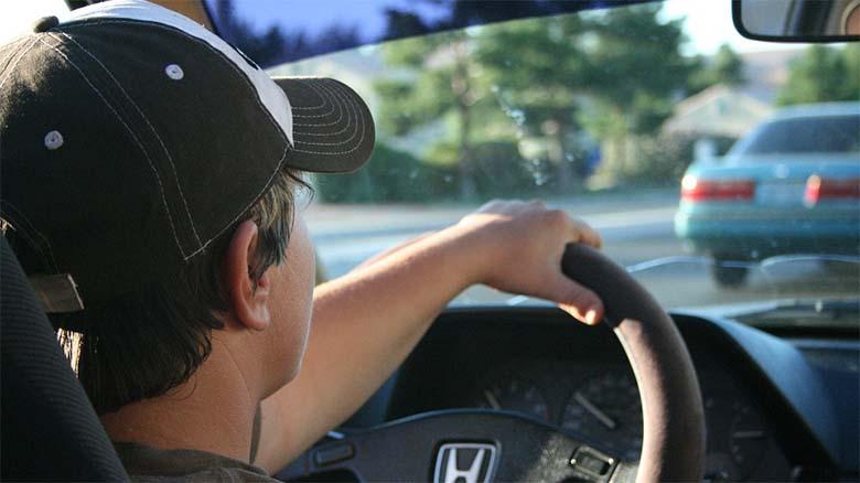 Nueva Ley de Tráfico prohíbe a los conductores cantar al volante