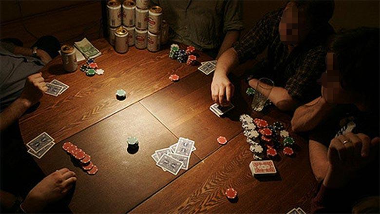 Aplazan su boda porque el padrino perdió los anillos en una partida de poker