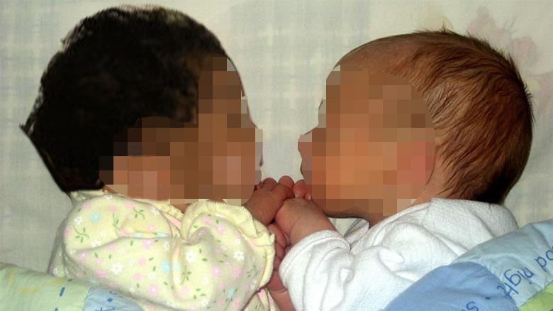 Da a luz un hijo blanco y otro negro por un error de la clínica de fecundación