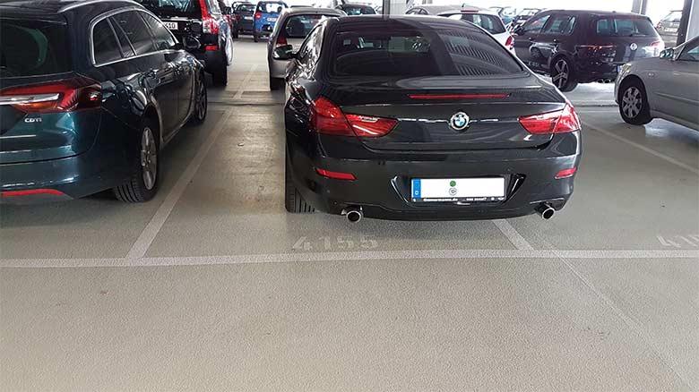 Compra varias plazas de garaje al lado de la suya para que su mujer deje de arañar el coche