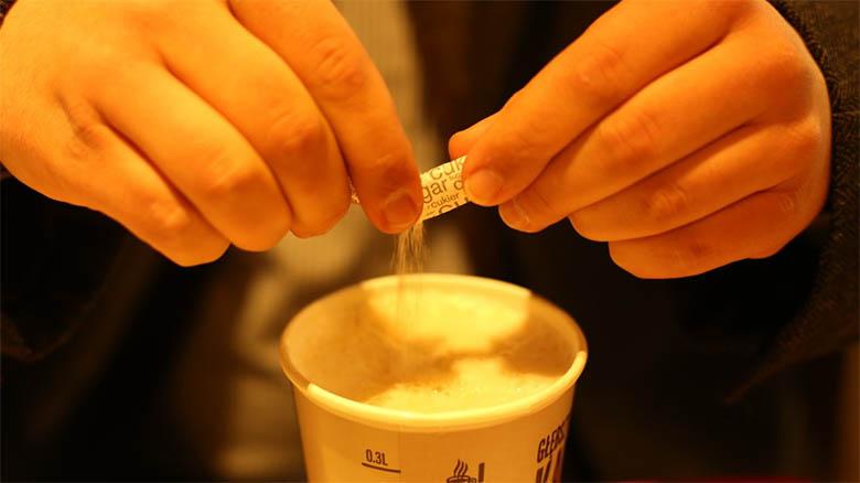 Normativa sanitaria obliga a los bares a cobrar los sobres de azúcar a sus clientes
