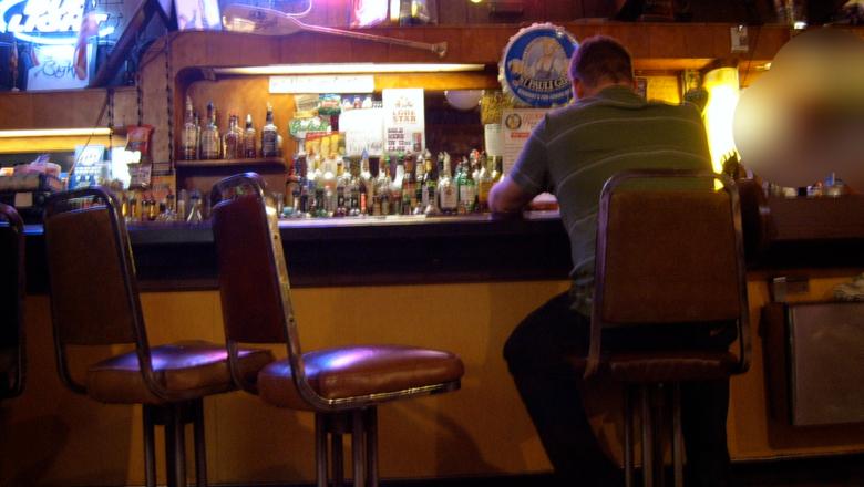 Lleva 7 años yendo 8 h al bar porque no se atrevía a decirle a su mujer que le habían despedido
