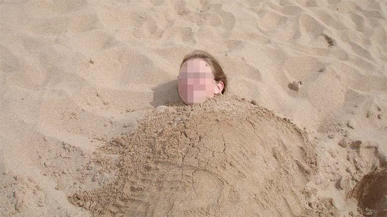 Pasa la noche enterrada en la arena porque se duerme y se olvidan de ella