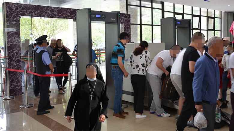 Paran a una monja en el control del aeropuerto por llevar bolas chinas puestas