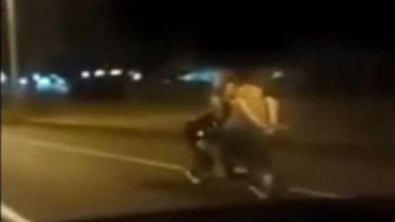 Captan a una pareja montándoselo sobre una moto en marcha haynoticia