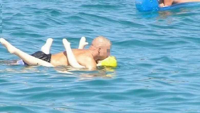 Lo echan de la playa por utilizar una muñeca hinchable como flotador
