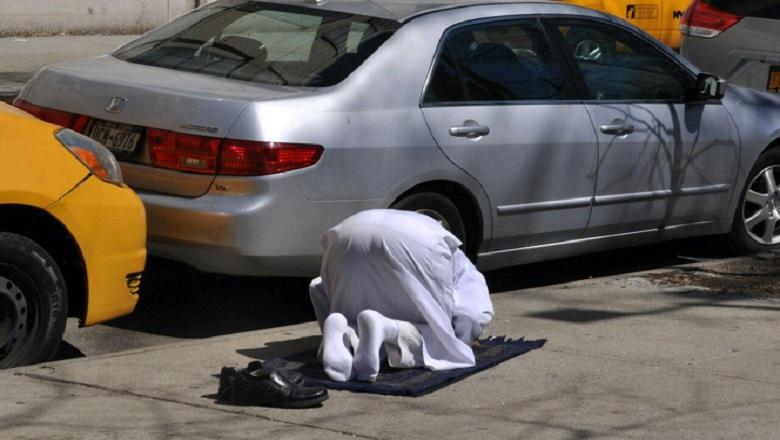 Detenido por saltar por encima a un musulmán rezando