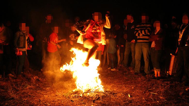 Ingresado en la unidad de quemados al tirarse un pedo saltando una hoguera de San Juan