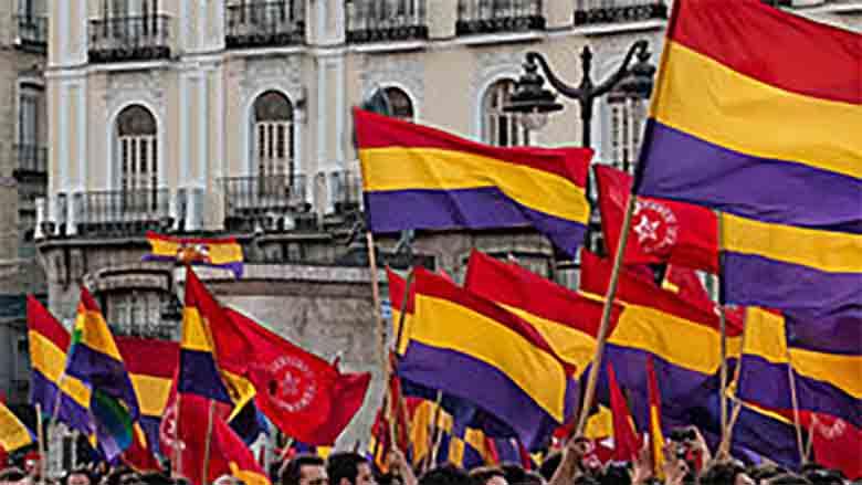 Ayuntamiento confunde la bandera gay y llena el pueblo de banderas republicanas