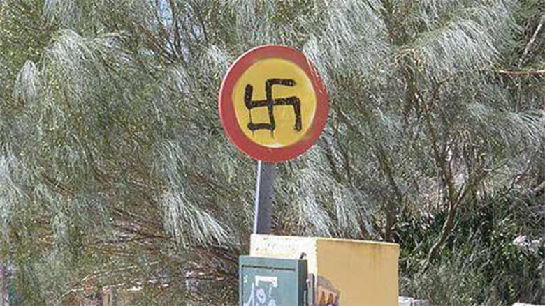 Pillado pintando esvásticas en señales alega que es el símbolo chino de STOP