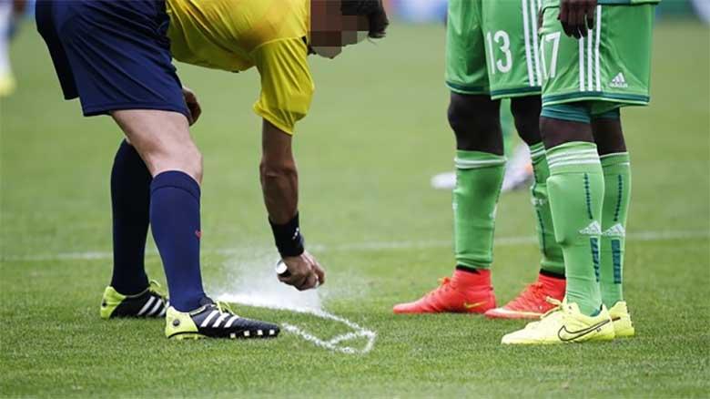 Expulsado un árbitro del Mundial por pintar un pene con el spray en el campo