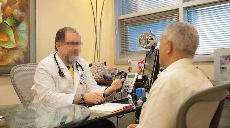 Agrede al médico por decirle que a su marido le falta una enzima