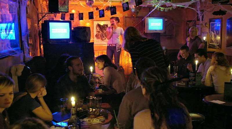Acaba con un micrófono metido en el ano tras una riña en un karaoke