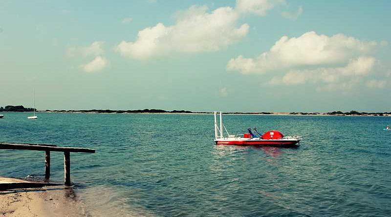 Un puticlub ofrece sus servicios en barcas de pedales a 500 metros de la orilla