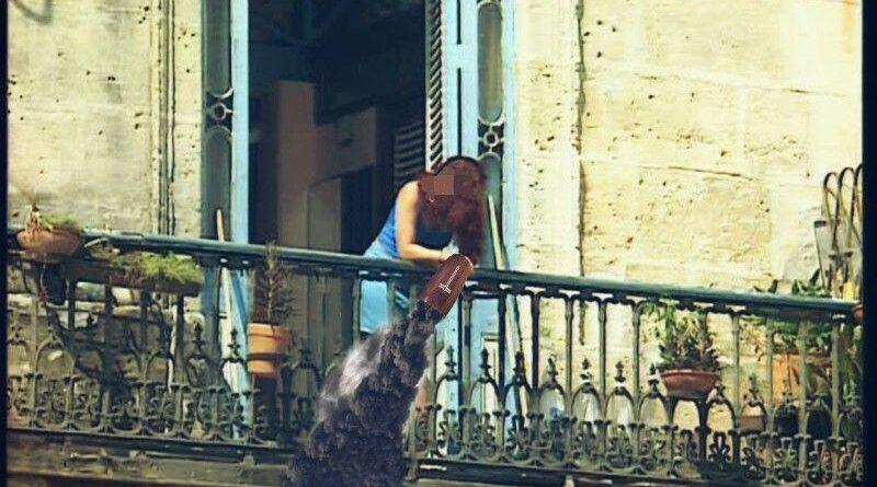 Arroja las cenizas de su difunto esposo por el balcón tras descubrir que le fue infiel