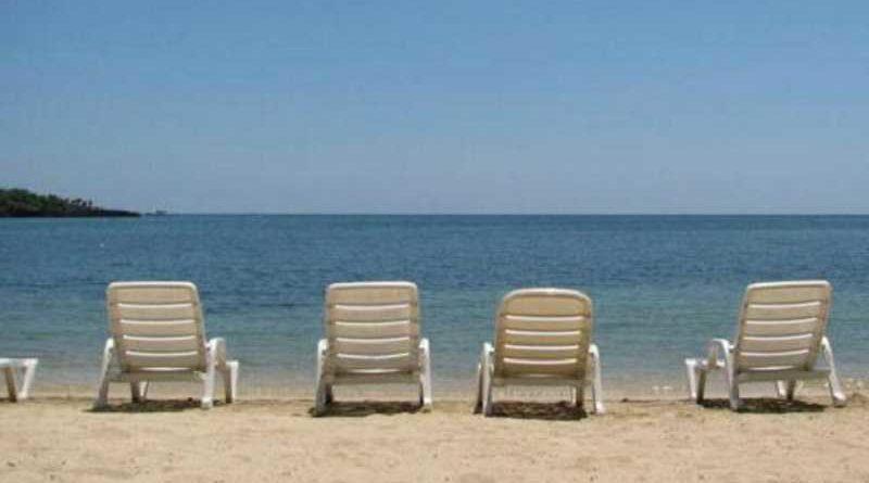 Denuncia a la empresa de hamacas de una playa nudista al quedar atrapados sus testículos