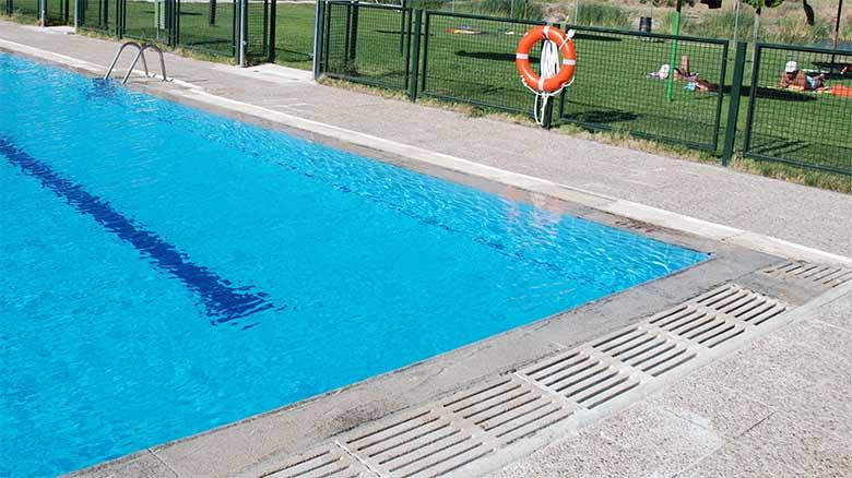 Pasa 3 horas dentro de la piscina con él vello púbico enredado en una rejilla