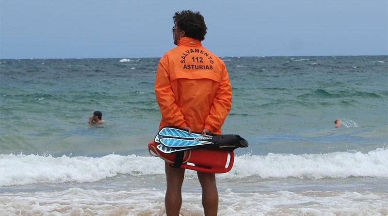 """Lo rescatan casi ahogado por el peso del relleno de """"paquete"""" que llevaba en el bañador"""