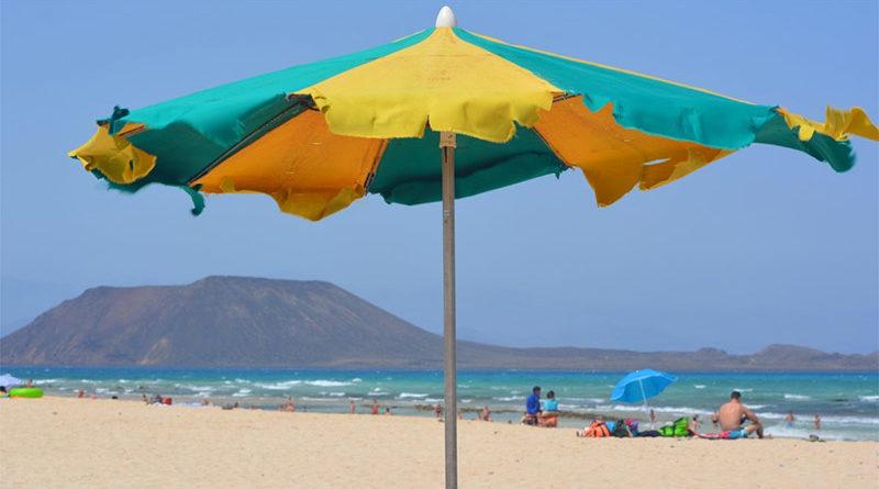 Clava la sombrilla en una playa nudista y se arranca un testículo