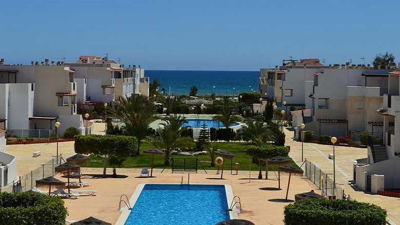 Denunciado por alquilar balcón y prismáticos en primera línea de playa nudista