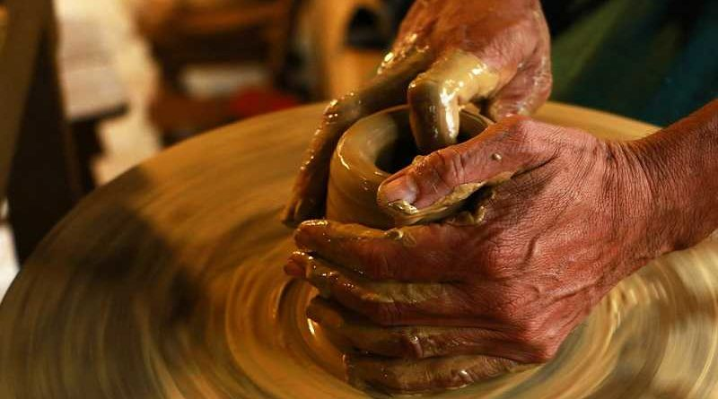 Denunciado un alfarero por hacer platos con sus propias heces y venderlos