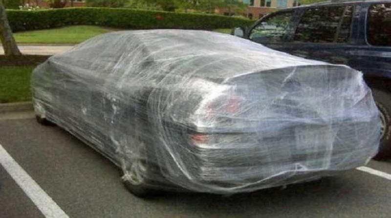 Encuentra su coche con film por no dar propina al aparcacoches