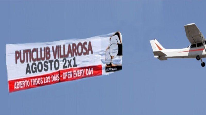 Polémica publicidad aérea en la playa sobre ofertas de un puticlub