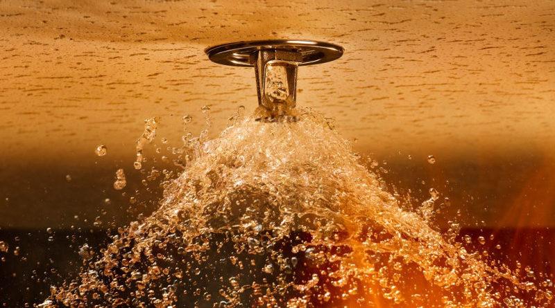 Hace saltar el sistema antiincendios para que se duche el compañero de trabajo