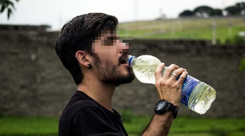 Se bebe su propio sudor para ahorrar agua