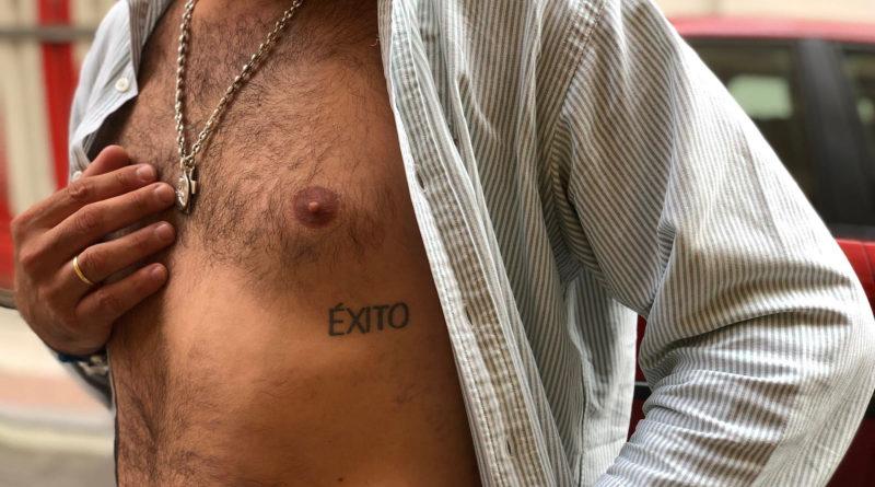 """Se tatúa la palabra """"éxito"""" y al día siguiente es despedido y le deja su mujer"""
