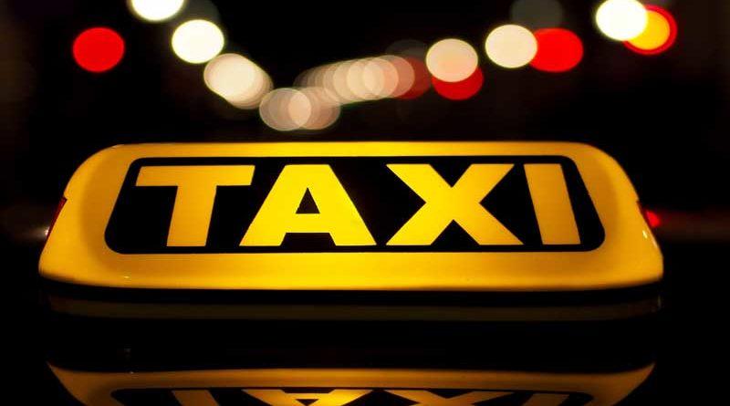 Sale borracho de una fiesta y pide un taxi sin acordarse que la fiesta fue en su casa