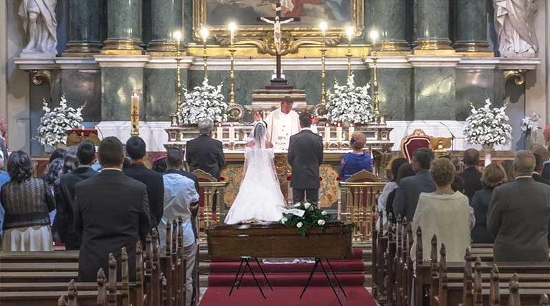 Un cura celebra a la vez una boda y un funeral porque llegaba tarde al fútbol