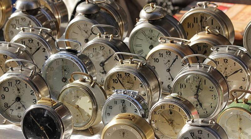 Denuncia a la relojería que tiene justo debajo por poner todos los despertadores a las 5 de la mañana