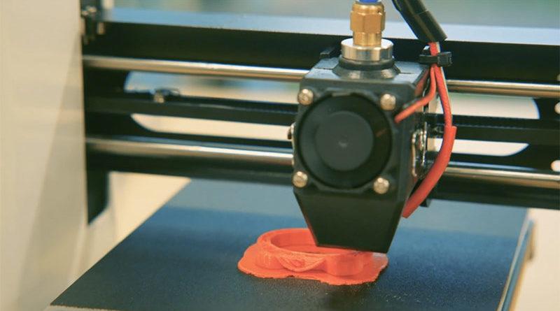 Despedida por usar la impresora 3D para hacer un consolador como el pene de su marido
