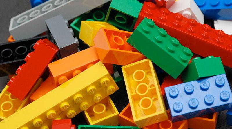 Le sacan piezas de Lego del culo y dice que el niño las dejó en el sofá