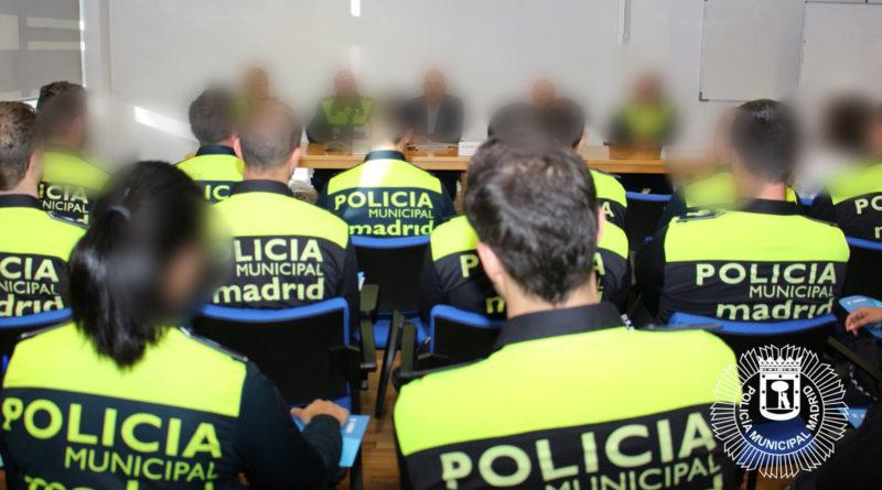 Policía en prácticas multa a un conductor por no llevar cinturón en el pantalón