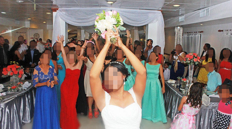 Denunciada novia que tiró un ramo de rosas con espinas