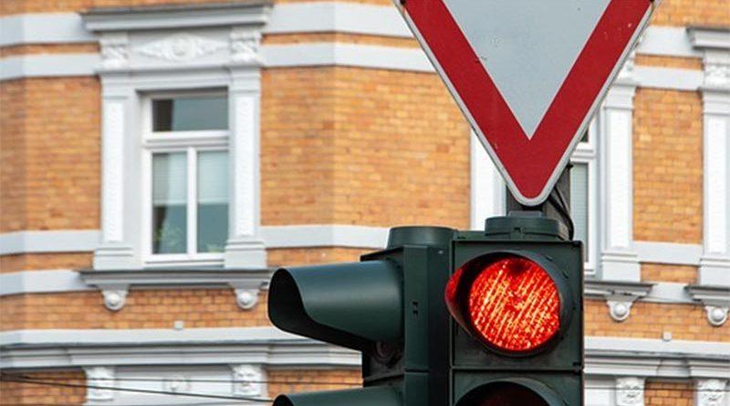 Permanece 4 horas parado en un semáforo en rojo estropeado por miedo a que le multen