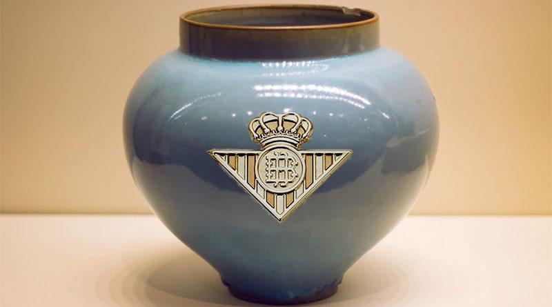 Fallece su suegro sevillista y guarda las cenizas en una urna con el escudo del Betis