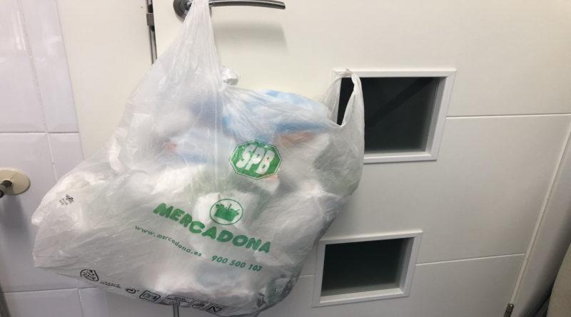 Lleva 300 bolsas de plástico a Mercadona para que se las descuenten de la compra