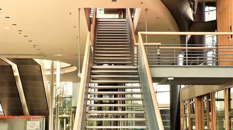Olvida ponerse bragas y causa la caída de 23 compañeros subiendo las escaleras del trabajo