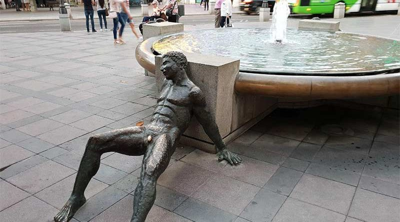 Ayuntamiento electrifica el pene de una estatua para que dejen de tocarlo las turistas