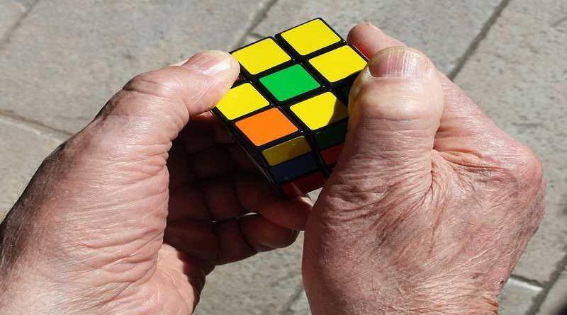 Consigue un récord del mundo al tardar 38 años para completar el cubo de Rubik