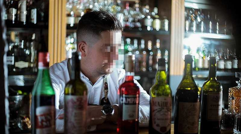 Camarero despedido porque se bebía los culines que dejaban los clientes