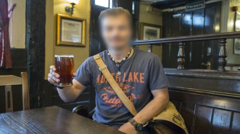 Se lleva una paliza en un atraco a un bar por no soltar su cerveza cuando le dijeron manos arriba