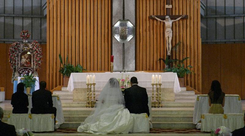 Pide el divorcio porque le hizo la cobra en el altar