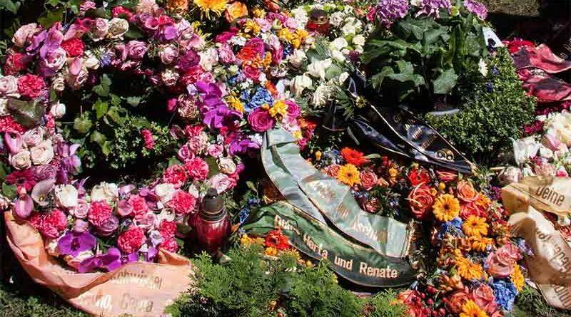 Conmoción en un tanatorio tras recibir una corona de flores de parte de un puticlub