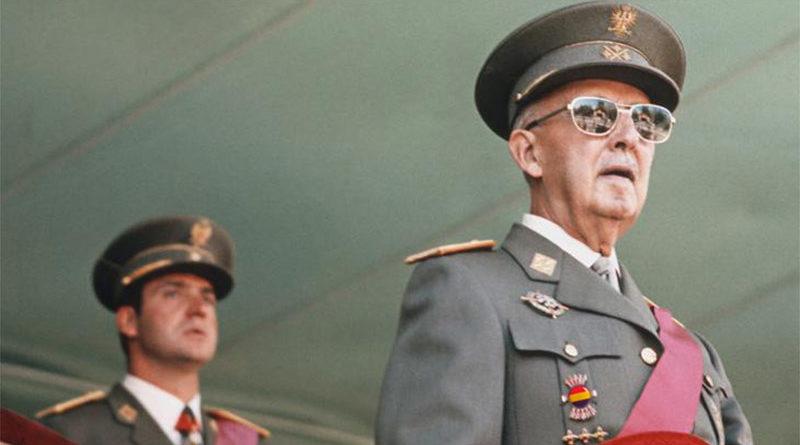 Sale a la luz una foto de Franco con la bandera republicana en su uniforme militar