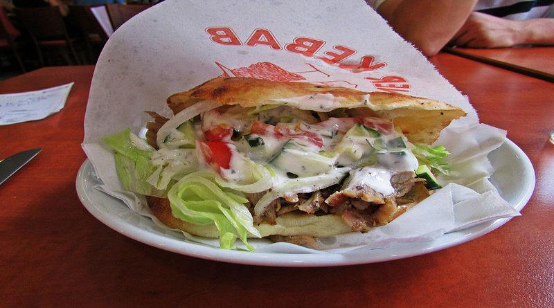 Denuncia a un kebab por ir al baño cuando le pidió que le echara más salsa blanca